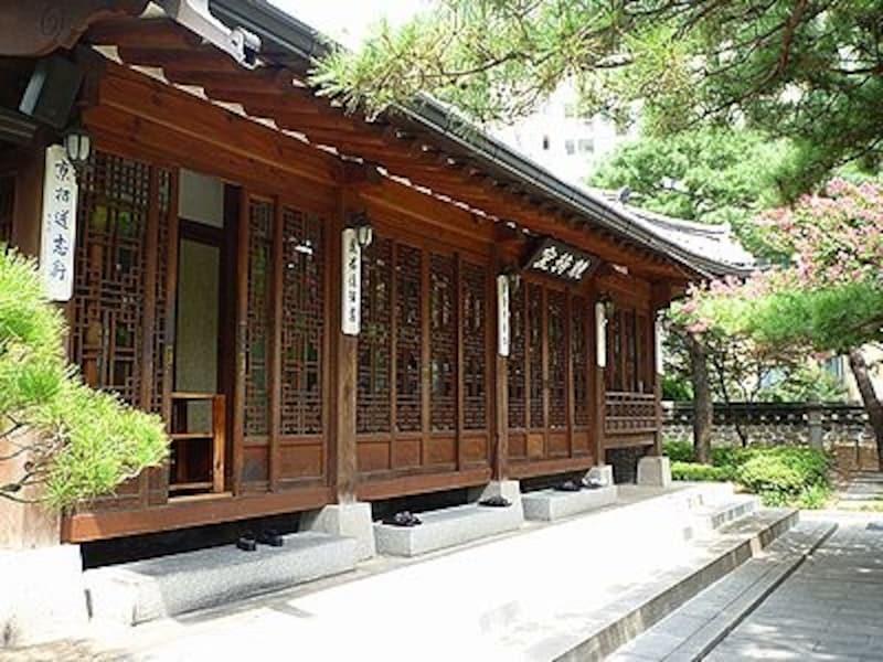 歴史ある建物と美しい庭園が魅力です。