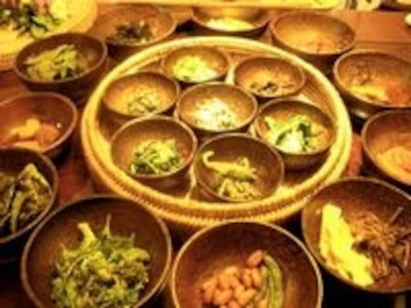伝統溢れる空間で食べるヘルシー料理は、外国人観光客にも人気です
