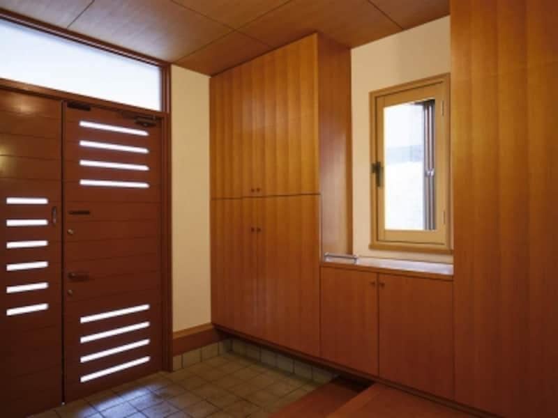 操作のしやすい内開き窓も。寒さが厳しい北側の玄関などにも適する。[かんたんマドリモ内窓プラマードUプラマードU内開き窓]undefinedYKKAPhttp://www.ykkap.co.jp/