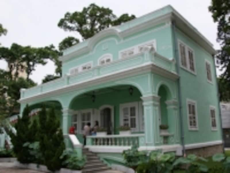 南欧風の色鮮やかな邸宅が博物館になっている。