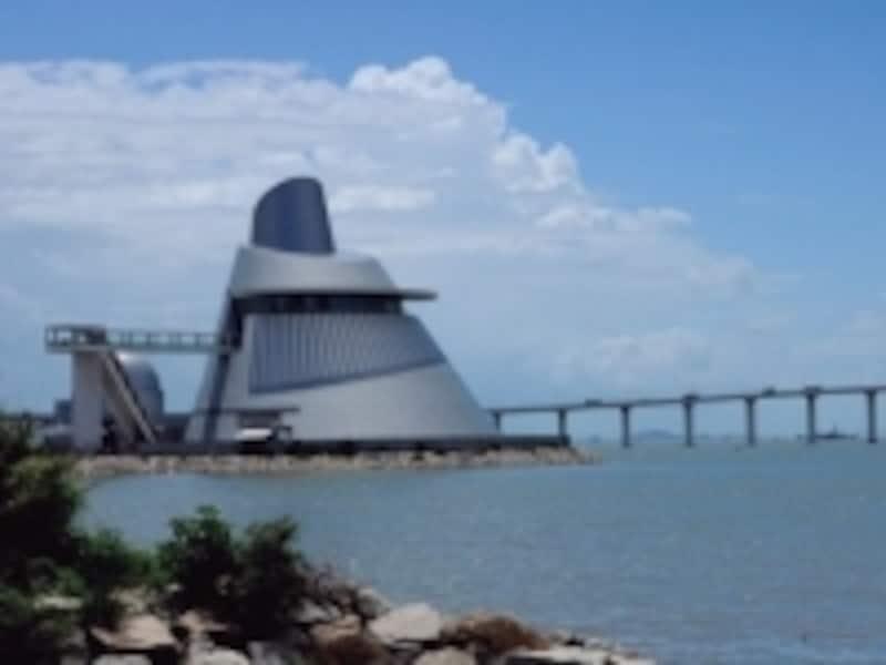 有名建築家I.M.ペイ氏による円錐型をしたデザインが特徴的