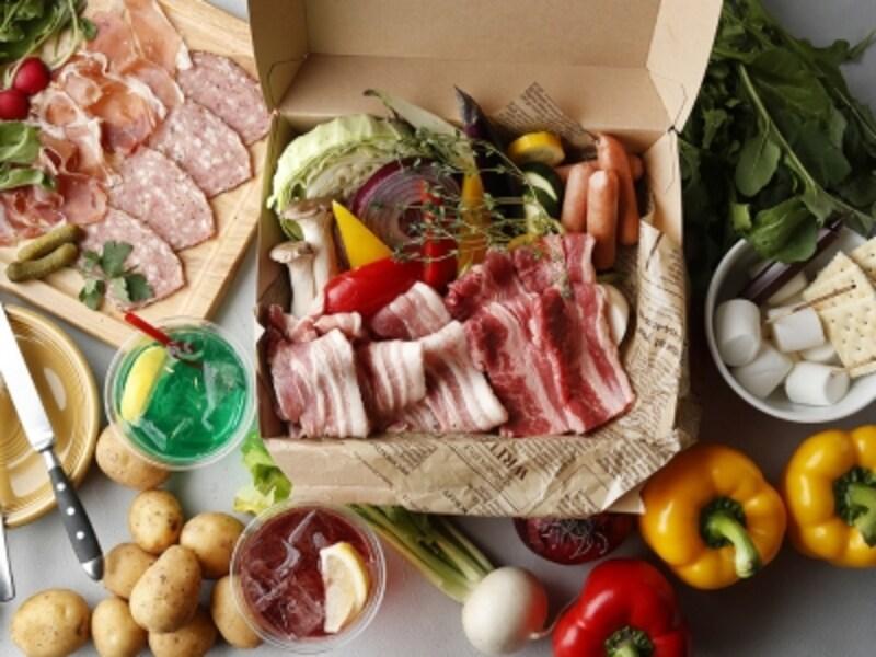 BBQセット「ベーシックプラン」は、ポップコーン(おかわり自由)、生ハムとスモークベーコン&バーニャカウダボード、BBQボックス(ビーフ、ポーク、ソーセージ、農園焼き野菜盛り合わせ)、アジアン塩焼きそば、マシュマロのBBQ「スモア」がセットに(画像はイメージ、画像提供:横浜ルミネ)
