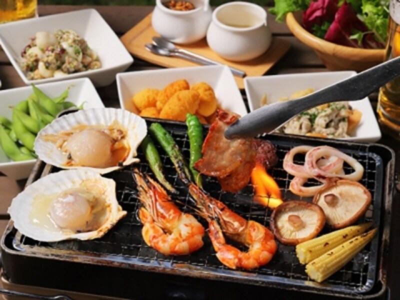 お肉に加えてホタテ、イカ、エビが楽しめる「海鮮BBQコース(5480円税込)」(画像提供:山手十番館)
