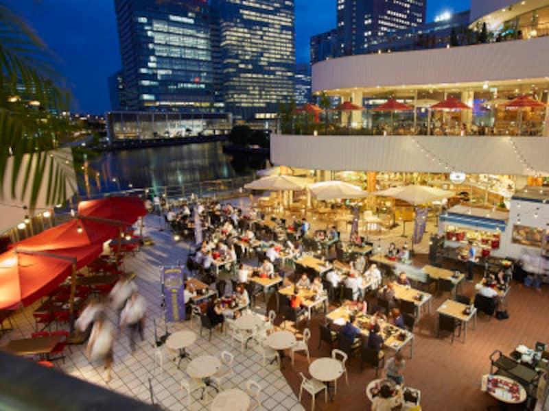 横浜ベイクォーターのビアガーデンは、横浜ベイエリアの水辺を臨む、絶好のロケーションが人気(画像提供:横浜ベイクォーター)