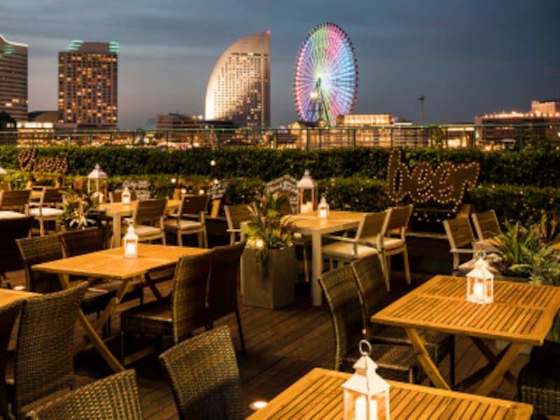みなとみらいの夜景をバックにアジアン料理を楽しめるビアガーデンがクロスゲート屋上庭園にオープン(画像提供:広報事務局)