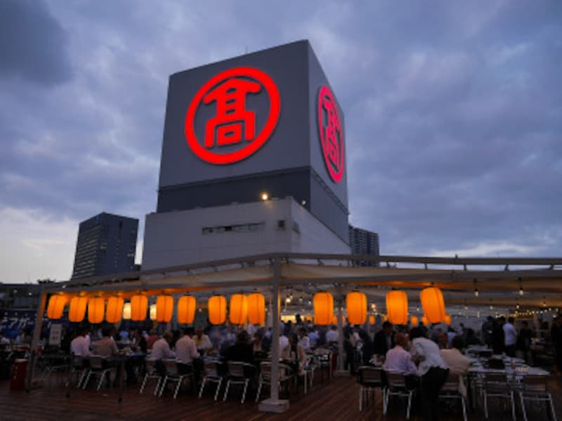 横浜高島屋屋上に約450席のビアガーデンが登場。一部、屋根付きの席もあります(2019年7月10日撮影)