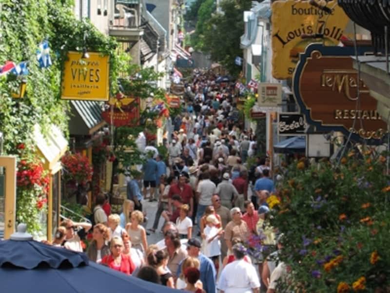 多くの観光客で賑わうプチシャンプレーン