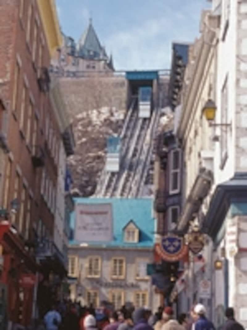プチシャンレーンと奥に見えるフニキュラー(C)TourismQuebec