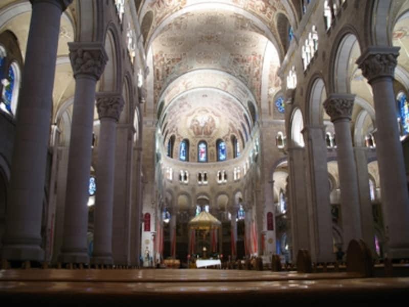 サンタン・ド・ボープレ大聖堂の内部は荘厳そのもの