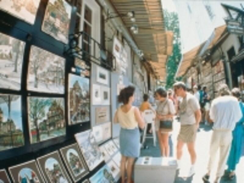 地元の芸術家が集まるトレゾール通り