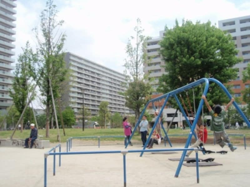 開発エリア内にできた「西新井さかえ公園」週末は、小さい子供を連れた親子が賑わう