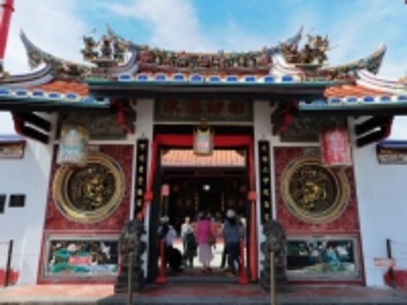 チャイナタウンでひときわ目を引く装飾の美しい寺院