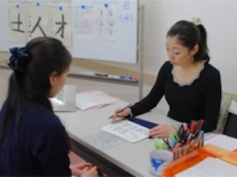 対面式の指導があることで、文字を書くリズムや力の入れ方など、細かいところまでしっかり学ぶことができます!
