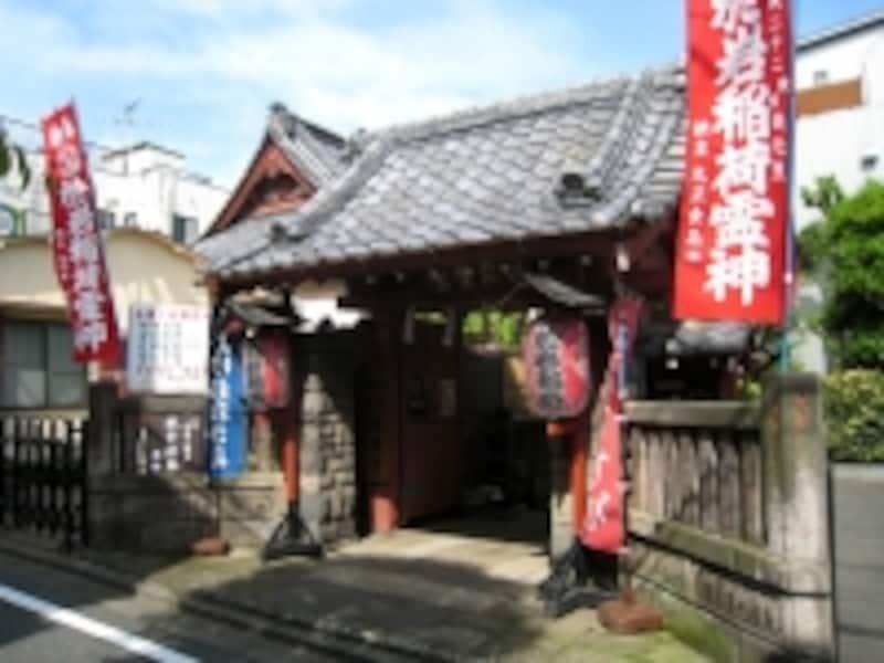 古い街だけに実は寺社も多く、中でも有名なのは四谷怪談に出てくるお岩様を祭った於岩稲荷。住宅街の中にひっそりとたたずむ