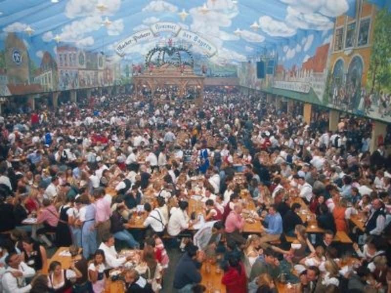 オクトーバーフェストのビールテントの多くは、数千から1万席に達する巨大なテント©DeutscheZentralefürTourismuse.V./Kiedrowski,Rainer;