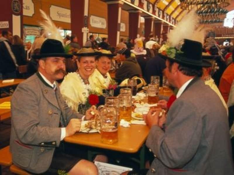 民族衣装を着て飲むビールはいっそう美味かも©DeutscheZentralefürTourismuse.V./Kiedrowski,Rainer