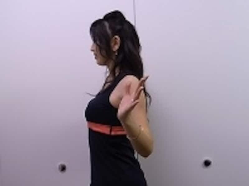 肘は身体より後ろに