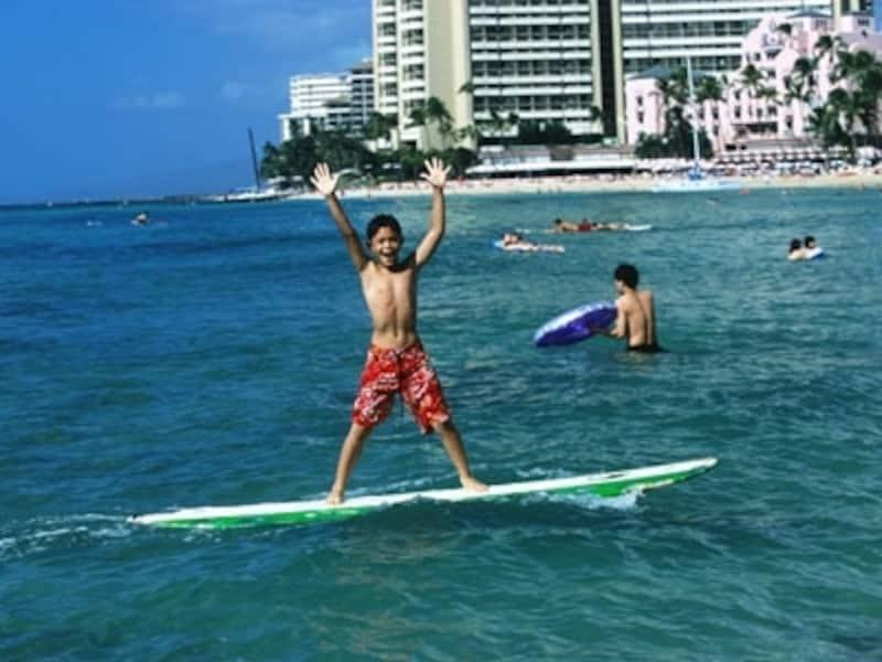 ワイキキビーチでのレッスンなら気軽にチャレンジできる。子どもでもプライベートレッスンを選択すれば、5歳から参加可能(画像協力:オアフ観光局)