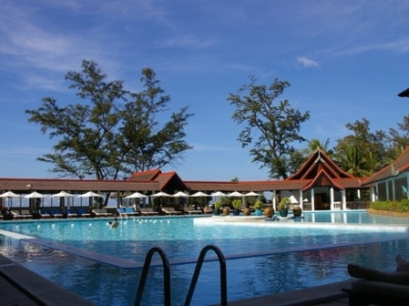 リゾートの真ん中にあるプールでは大人から子供が楽しめるアクティビティが行われている