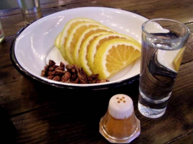 メスカルの基本セット。オレンジ輪切り、塩、芋虫、チレのミックス粉。そしてチャプリーネス(バッタ)