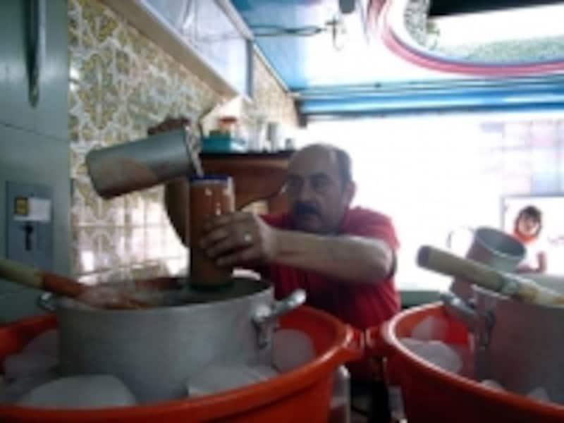 プルケ専門居酒屋=プルケリアの風景。トマト入りプルケをサーブしているところ
