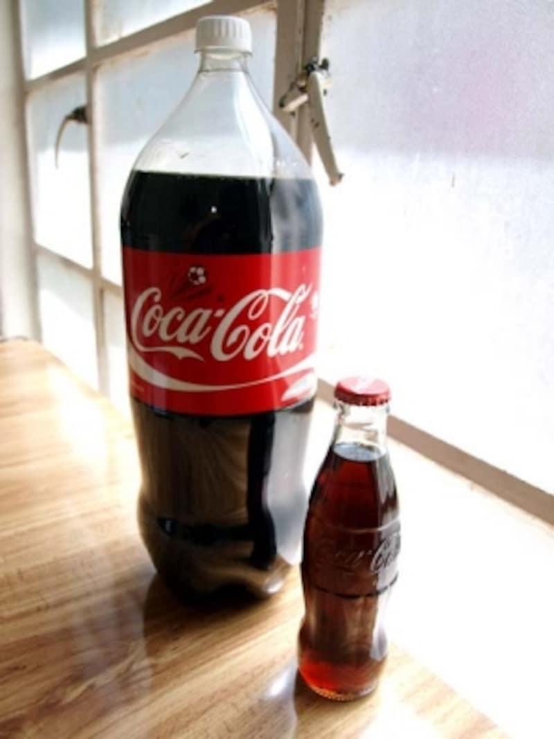 一家に一本、コカコーラの大容量ペットボトル(左)とコキータというミニサイズの瓶入りコーラ(右)