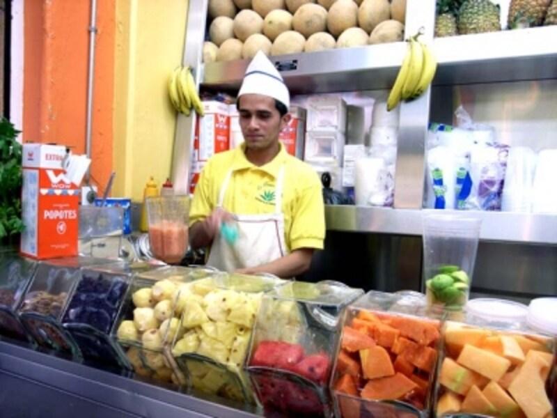 町のジューススタンドでは好みのフルーツをミックスしてくれる