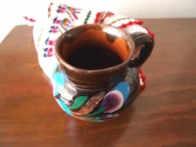 つぼのようなカップにコーヒーが
