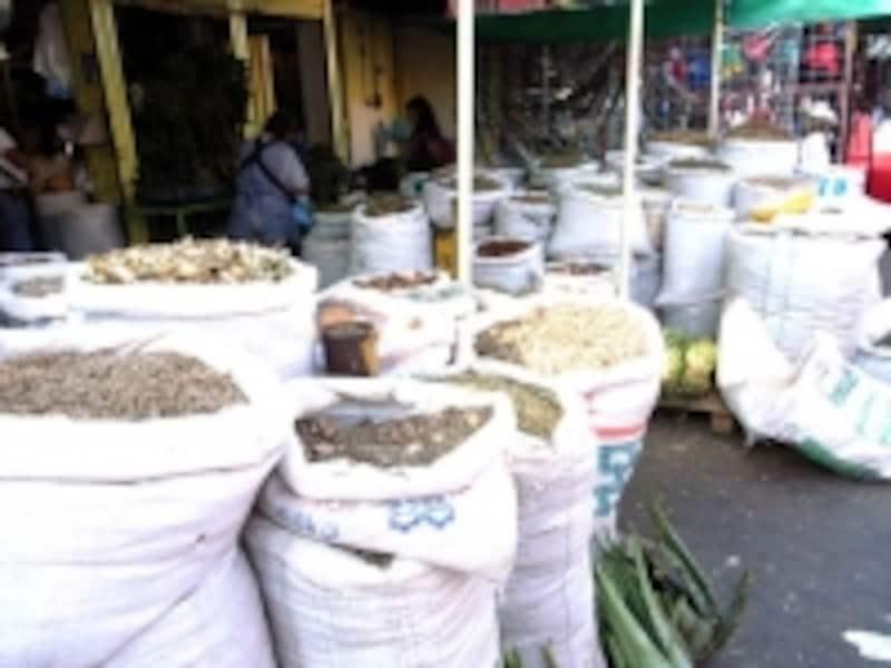 呪術グッズを扱うメキシコシティのソノラ市場では、大量の薬草が売られている