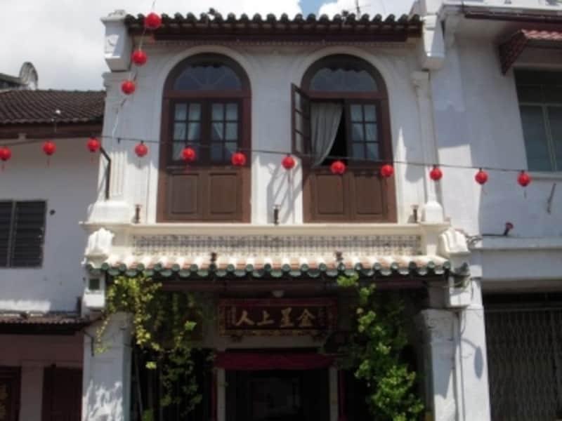 ショップハウスと呼ばれる中国式の建物。1階はレストランや、お土産物屋に