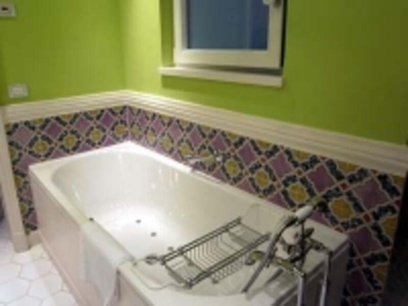 腰壁のタイルが綺麗なバスルーム