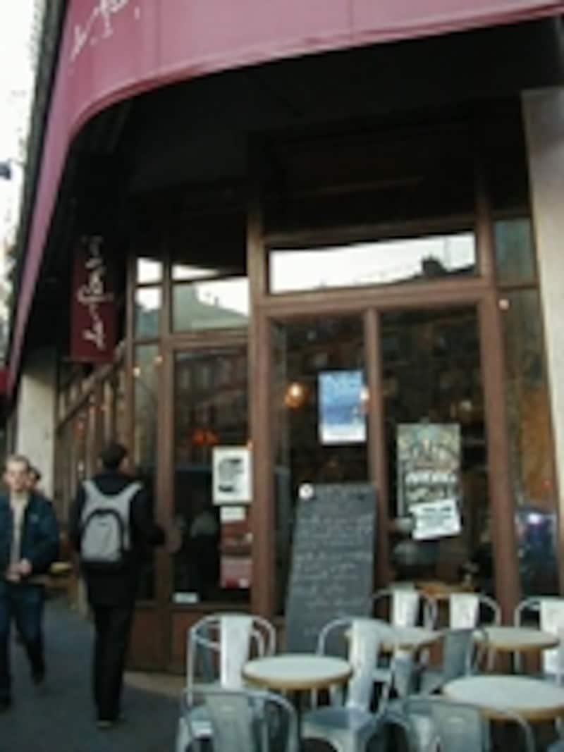 モンマルトルの麓の人気カフェ
