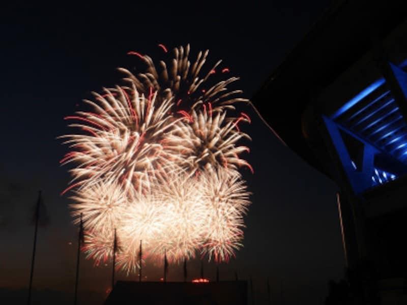 2018年の新横浜花火大会の様子。日産スタジアム西側のフリーエリアから撮影(2018年7月26日撮影)