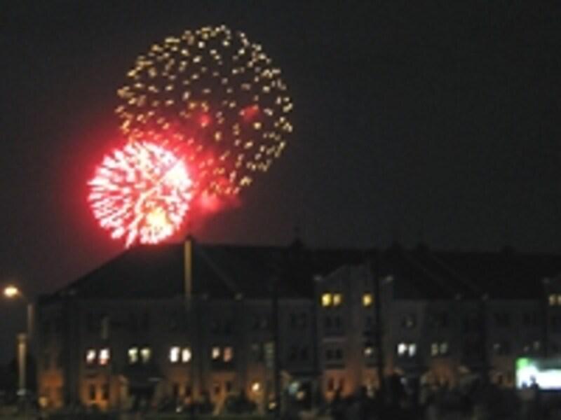 赤レンガパークから見た、神奈川新聞花火大会のようす