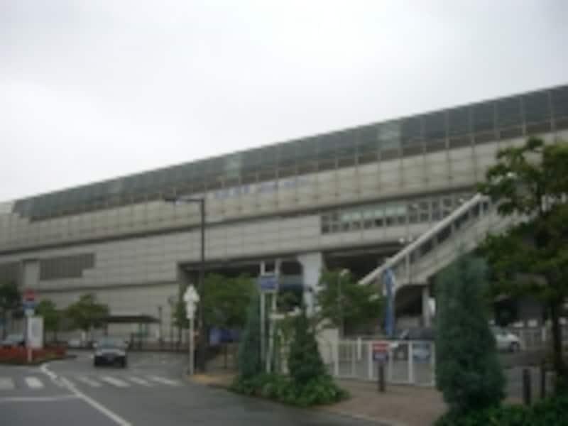 最寄駅である大阪モノレール「南摂津」駅。駅前には「上新電機」やスーパー「オークワ」がある。
