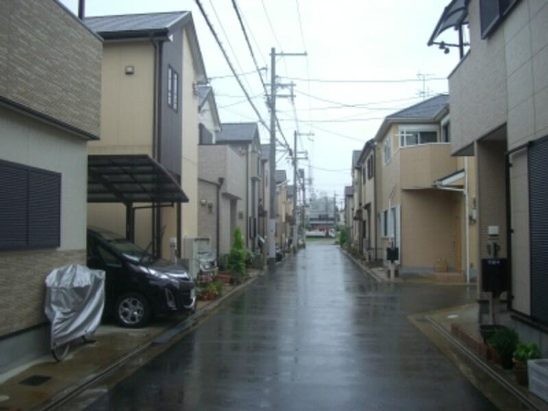 竣工後あまり年数の建っていないと思われる街並。上の写真と比べて植栽が少ないのがわかる。