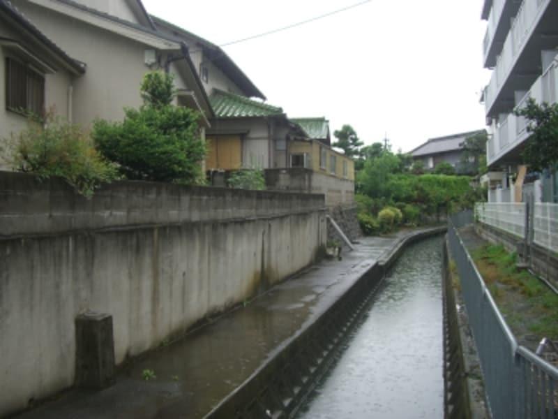 水路沿いの路地。いかにも小学生が遊びそうなこの道を本田が通った・・・かもしれない