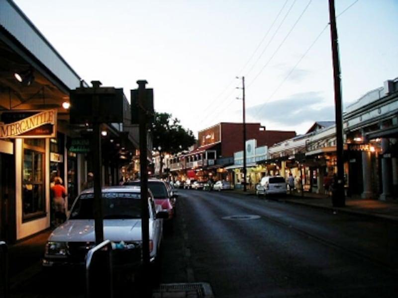 夕陽で色づく夕暮れ時がロマンティックなラハイナの町並み