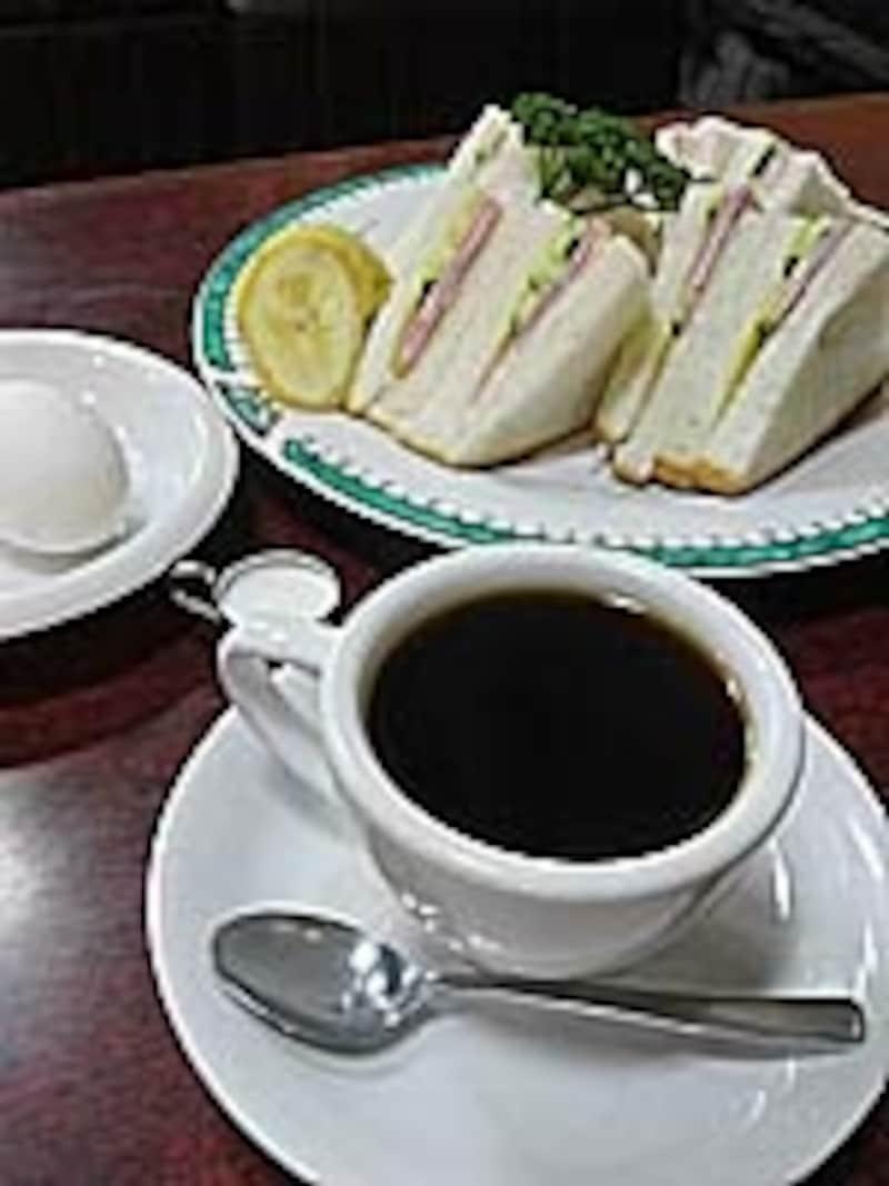 ランチはコーヒー(ミルクか紅茶も可)+フルーツ+サンドイッチ+ゆで卵で650円。サンドイッチの替わりにトーストなら500円