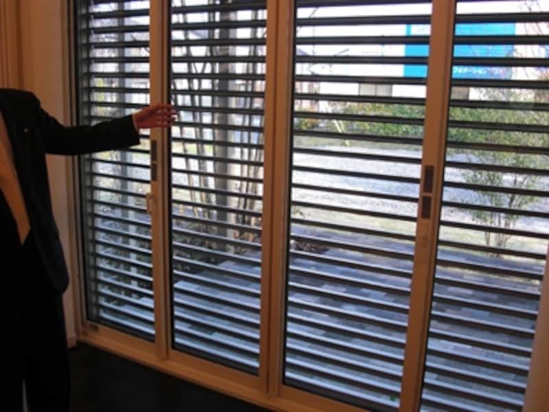防犯性と通気性に配慮したシャッターの事例。これなら夜も安心して窓を開けて眠ることができる