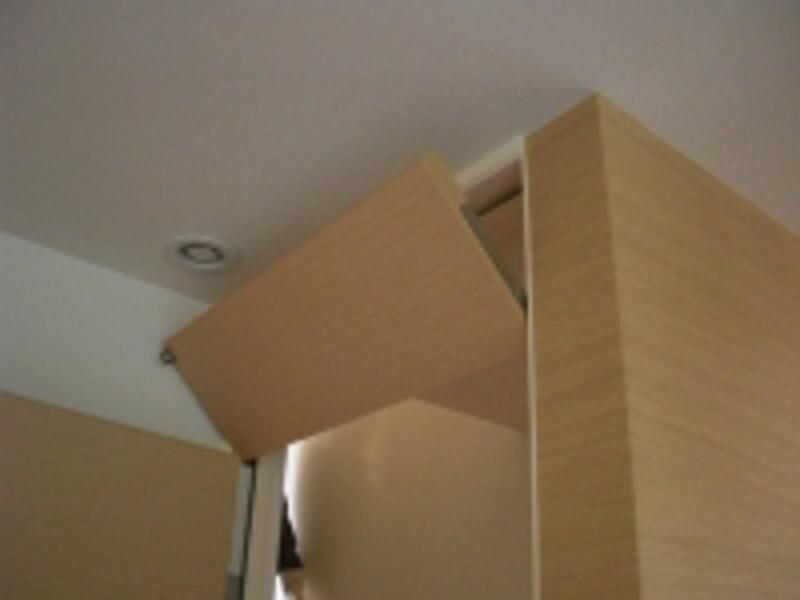 現代の欄間の実例。ドア上部に設けることで風の通り道を作っている(写真はミサワホームのモデルハウス。クリックすると拡大します)