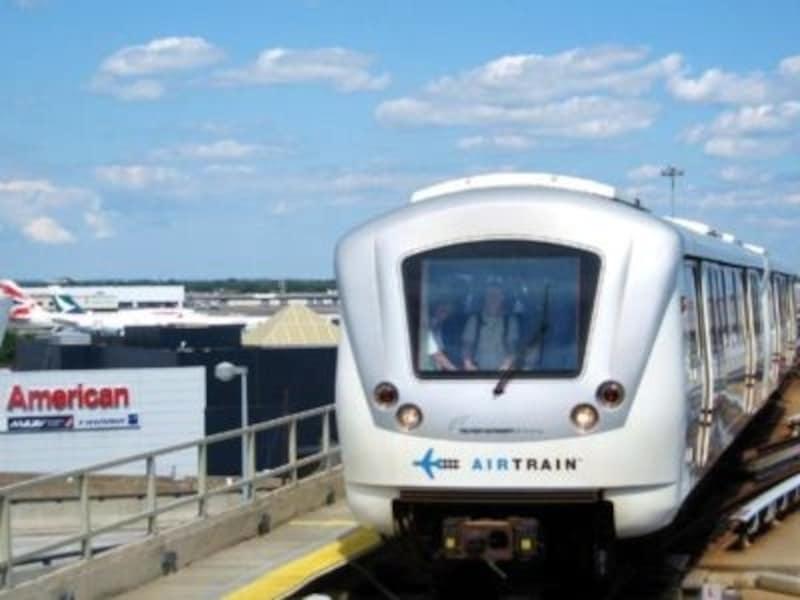 巨大な空港のターミナル移動は、エアトレインで!