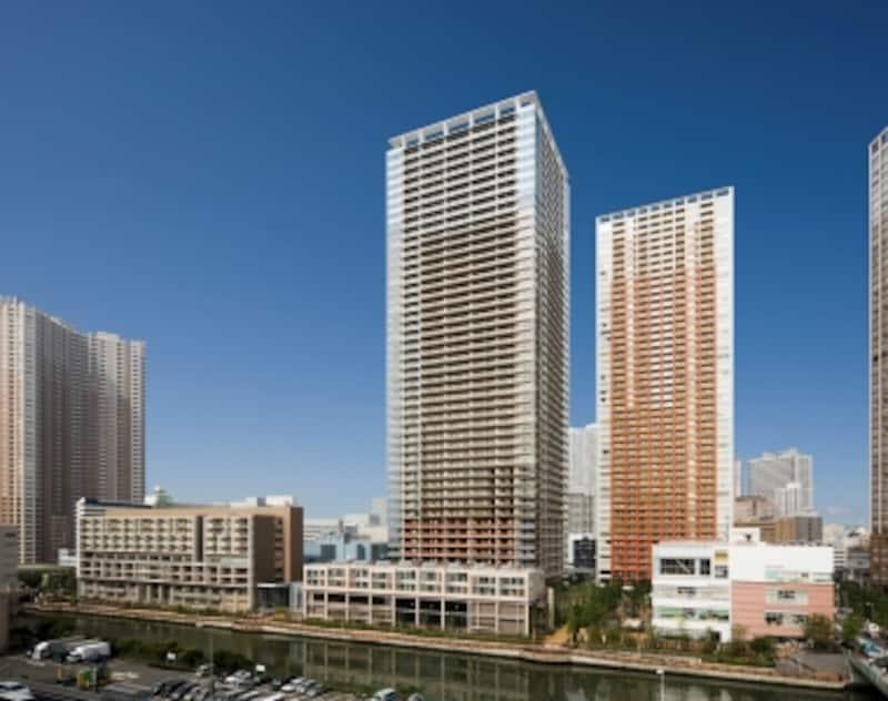 「ブルームタワー」(中央)は地上48階建て、高さは167mにも及ぶ。施工は清水建設。設計にはランドスケープデザインなど数社が携わった。