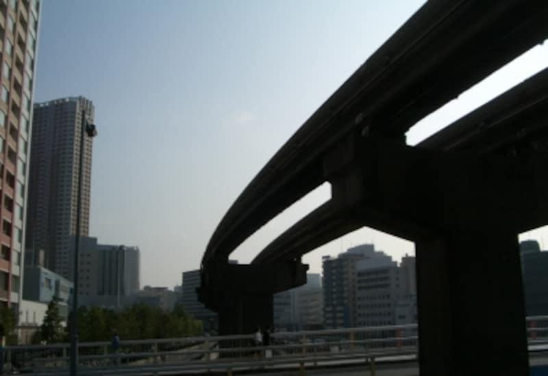 アイランドに沿って「東京モノレール」が走る。プロジェクトの先頭を切った「グローブタワー」(左)が駅に最も近い。