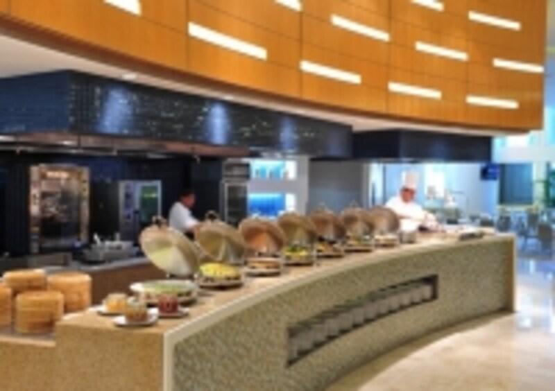 キッチンの活気が伝わるレストラン「テイスト」