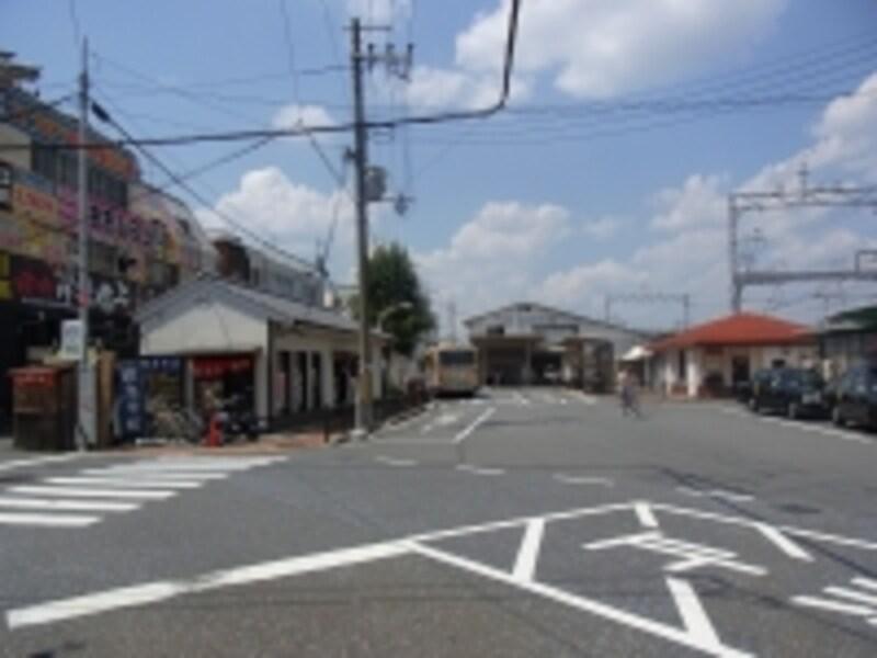 阪急「東向日」駅西側ロータリー。小規模な商業店舗が密集する。