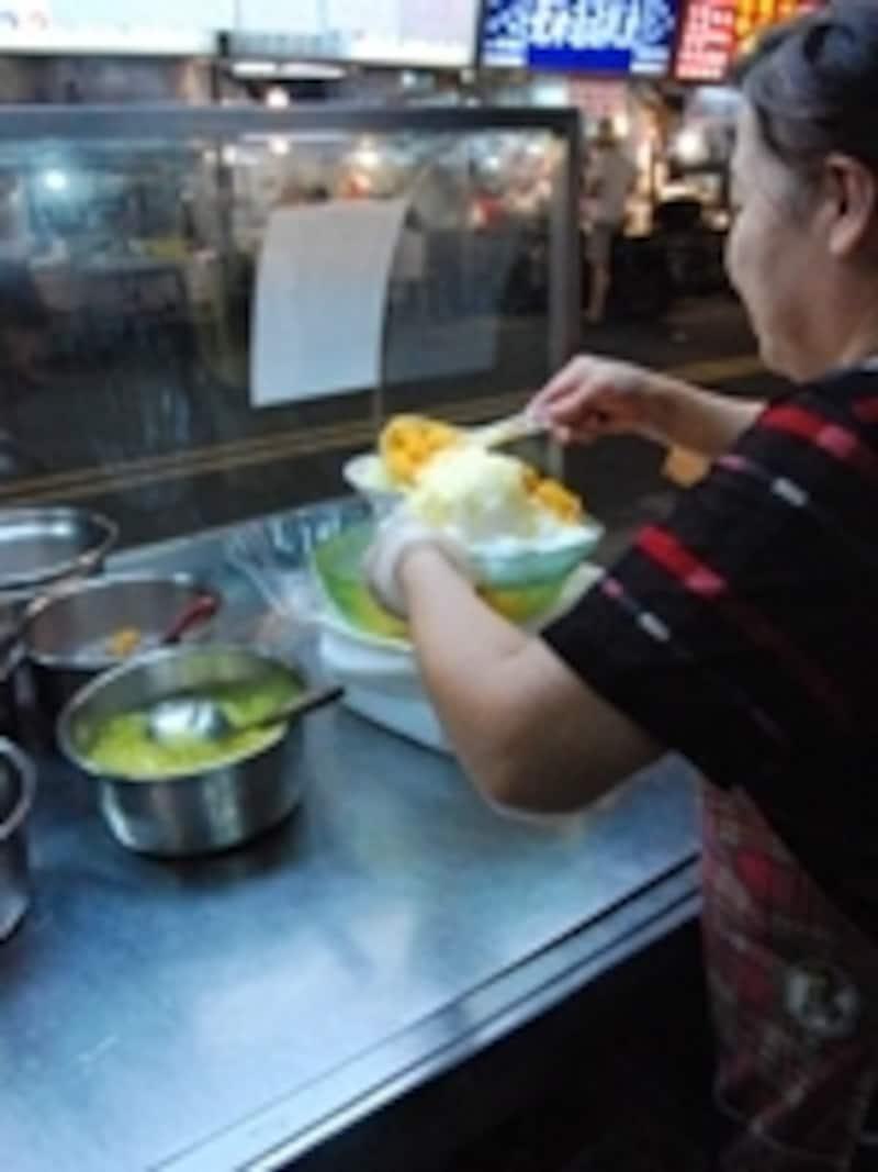 遼寧街夜市にあるかき氷店にて。練乳をかけたうえにたっぷりのマンゴーが