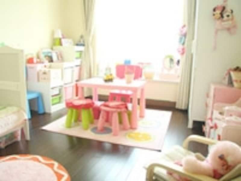 良く見ると、壁紙はベーシックな白。小物や小さな家具で可愛い部屋作りをしています。