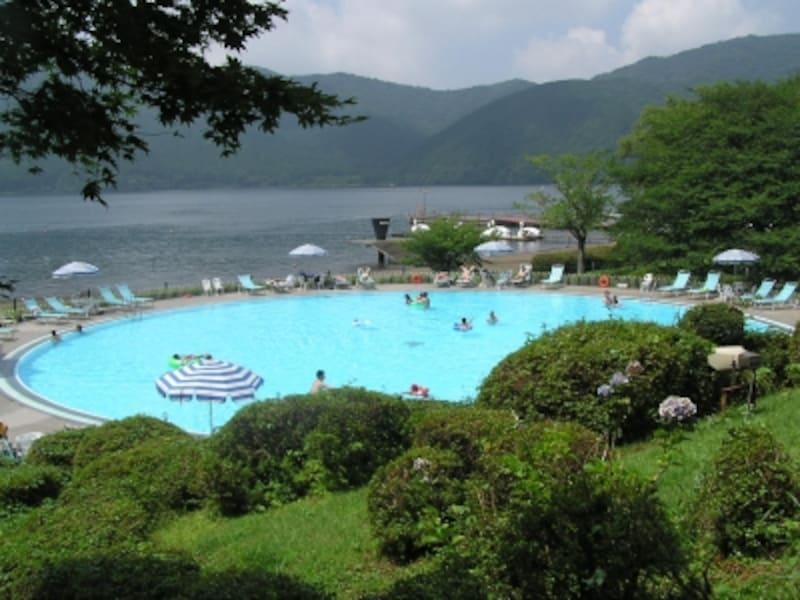 夏は元気な子どもたちの歓声が響く、箱根園温水プール