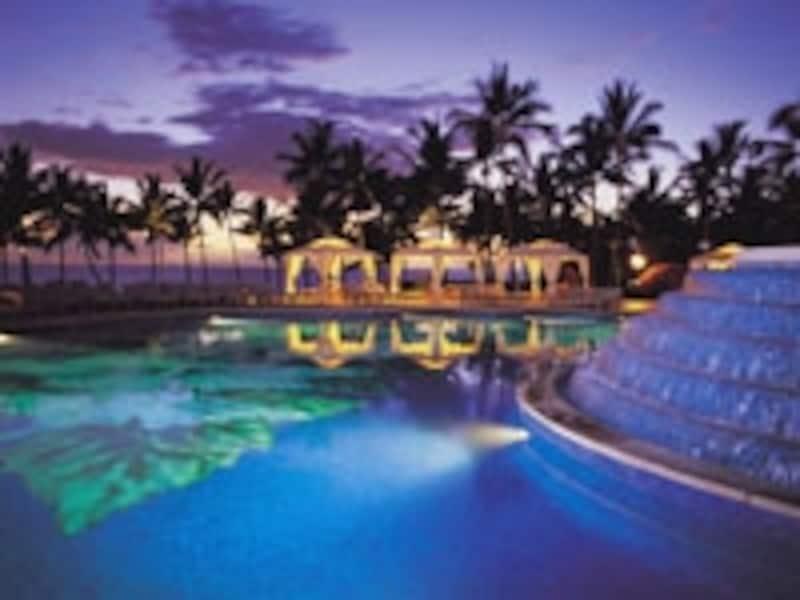 日中は賑やかなプールも、夜はライトアップされてロマンティックな雰囲気に(画像:グランド・ワイレア・リゾート)